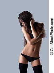 sexy, junges mädchen, posierend, in, schwarz, damenunterwäsche