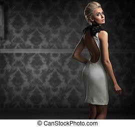 sexy, kobieta, chodząc, biały strój