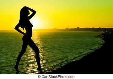 sexy, kobieta golca, sylwetka, zachód słońca