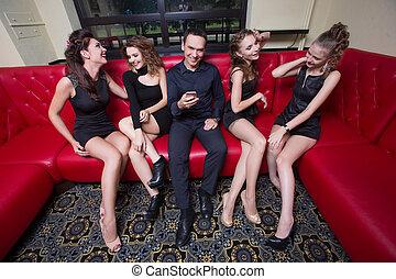 sexy, lovelace, man, omringde, door, warme, vrouwen,...