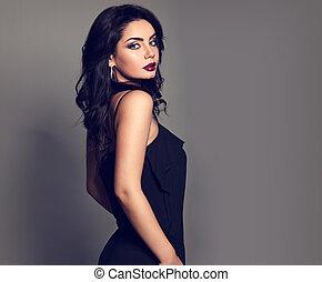 sexy, luminoso, stile, capelli, bello, riccio, nero, dall'aspetto, trucco, closeup, rossetto, borgogna, donna, tuta, fondo., vestire, grigio, lungo