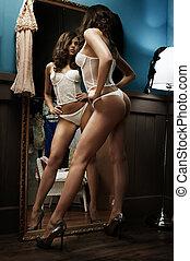 sexy, m�dchen, posierend, in, damenunterwäsche, innerhalb, antikes , inneneinrichtung, zimmer