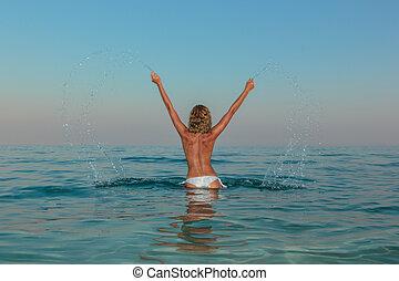 sexy, młoda kobieta, topless, przedstawianie, na plaży
