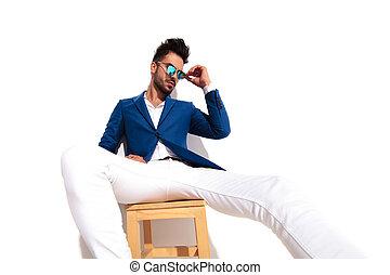 sexy, mann, in, klage, setzen, seine, sonnenbrille, während, gesetzt