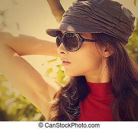 sexy, mannequin, in, sonne brille, und, cap., closeup, weinlese, porträt