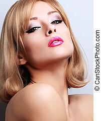sexy, maquillaje, rubio, mujer mirar, caliente, con, rosado brillante, lips., primer plano, retrato