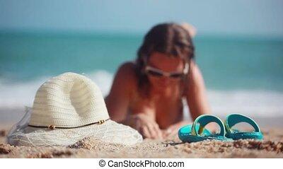 sexy, meisje, het dragen van zonnebril, in, bikini, liggend op het strand, op, vaag, zee, achtergrond., 1920x1080