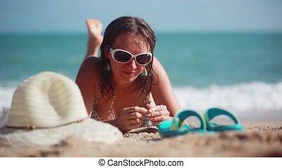 sexy, meisje, het dragen van zonnebril, in, bikini, liggend op het strand, terwijl, heeft, een, vakantie tijd, 1920x1080