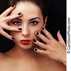 sexy, modelo, con, brillante, maquillaje, y, negro, manicura, en, manos