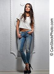 sexy, modelo, mujer, posar, cerca, pared blanca