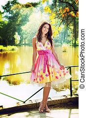 sexy, mujer, al aire libre, con, colorido, vestido