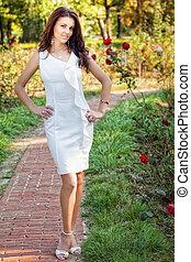 sexy, mujer, en, elegante, vestido blanco, al aire libre