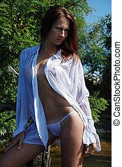 sexy, mujer, en, un, mojado, hembra, camisa, aire libre