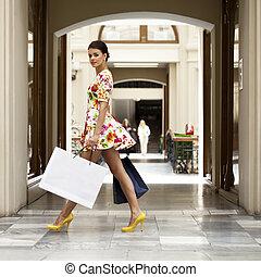 sexy, mujer, en, vestido blanco, flores, ambulante, en, el, tienda
