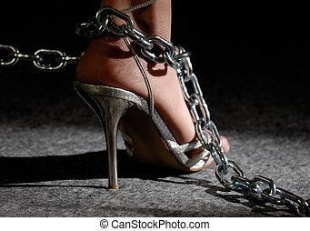 sexy, mujer, piernas, en, zapatos de taco alto, en, cadenas