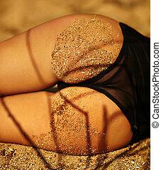 sexy, perfetto, sabbioso, donna, natiche, su, spiaggia tropicale, fondo, appresso, oceano, in, nero, biancheria intima