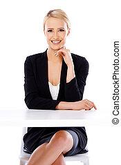 sexy, rubio, mujer de negocios, sentado, delante de, escritorio