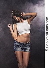 sexy, schöne , brünett, frau, posierend, in, jeans, shorts., m�dchen, mit, perfekt, schlank, body.