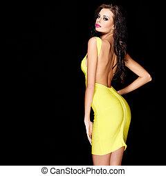 sexy, schlank, brünett, posierend, in, gelbes kleid