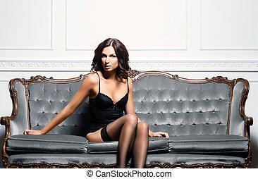 sexy, voluptueux, femme, dans, érotique, lingerie, et, bas, poser, sur, a, gris, sofa.