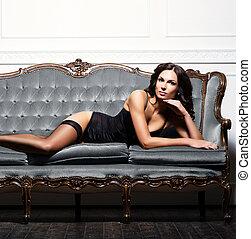 sexy, voluptueux, femme, dans, érotique, lingerie, et, bas, poser, sur, a, gris, sofa., retro, interior.
