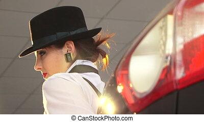 sexy, vrouw, in, zwarte hoed, kijken naar van fototoestel
