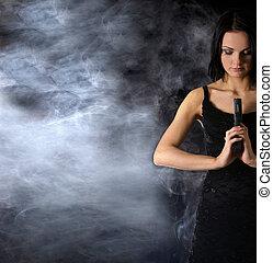 sexy, vrouw, met, wapen, op, rokerig, achtergrond