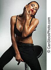 sexy, weibliches modell, posierend, schwarz tragen, brassière