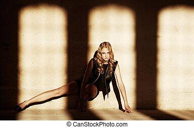 shadow., assied, femme, blonds, plancher