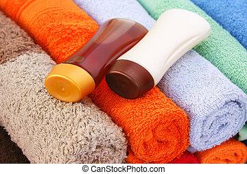 shampoo, garrafas, toalhas