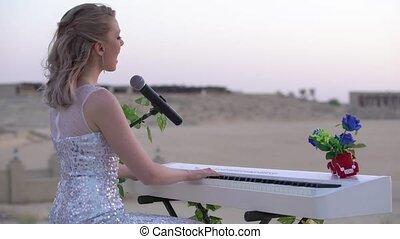 shams, aluminium, elegancki, wieczorny, dziewczyna, strój, blondynka, gry, amphitheater., stage., młody, muzyka, występuje, cyfrowy, biały, kobieta, kiwnięcia, cielna, piano, arena, dubai, romantyk, bab, błyszczący, albo
