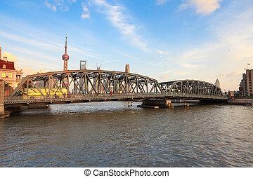 shanghai garden bridge in dusk