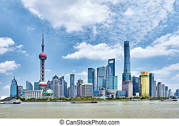 shanghai-may, 24, 2015., skyline, aanzicht, van, bund, waterkant, op, pudong, nieuw, area-, de, zakelijk, kwart, van, de, shanghai., shanghai, in, meest, dynamisch, stad, van, china.