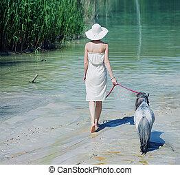 shapely, mulher caminhando, com, a, pônei