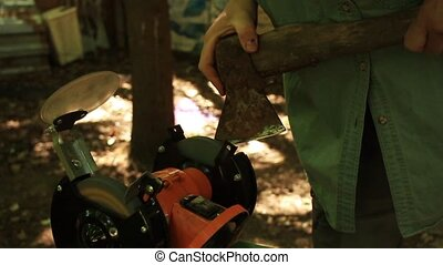 sharpening axe using a grinding machine