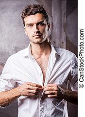 shirt., cámara, abrochar, joven, guapo, camisa, el suyo, mirar, blanco