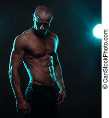 shirtless, atlético, homem, olhando baixo, com, holofote
