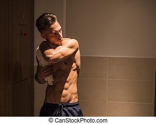 shirtless, fiatal, hím atléta, alatt, tornaterem, ruha hely, noha, törülköző
