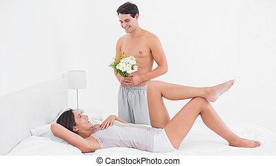 shirtless, homem, oferecendo, flores