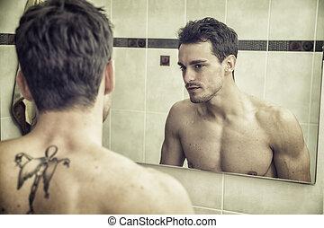shirtless, muscular, guapo, joven, en, cuarto de baño