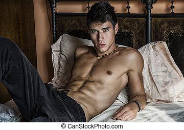 shirtless, sexy, macho, modelo, acostado, solamente, en, el...