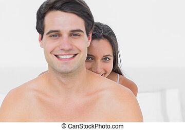 shirtless, socio, nascondendo dietro, donna