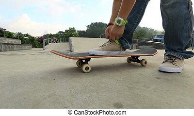 shoelace, skateboarder, skat, przywiązywanie