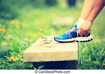 shoelace, vrouw, buiten, knopende