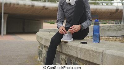 shoelaces, kobieta, hijab, przywiązywanie, chodząc, jej