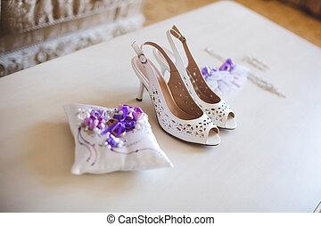 shoes., garter., ring., earrings., matrimonio, necklace., pillow.