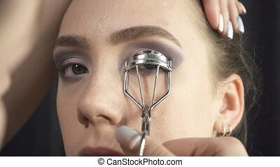 Shooting of master using eyelash tongs - Video of visagist...