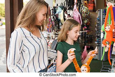 shop., elle, mère, jouets, choisir, fille