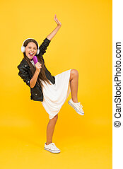 shop., giovane, ballando., felice, aggeggio, il portare, ispirare, poco, ozio, giusto, amore, ragazza, detenere, time., adolescente, technology., divertimento, singing., kid., lei, music., ascolto, musica, headphones., umore, bambini