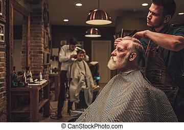 shop., visitando, hairstylist, confiante, barbeiro, homem sênior